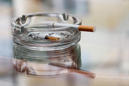 Lo smog entra in casa con le sigarette